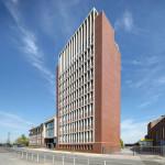 Die Fassade des Westfalen Towers stellt mit rotbraunem Klinker und sandsteinfarbenen Fenstereinfassungen deutliche Bezüge zum benachbarten Altbau von 1958 her. Das Empfangsgebäude, ein viergeschossiger Vorbau mit XXL-Fenstern und einem Sichtbetonrahmen, verbindet den Westfalen Tower mit dem Altbau.