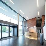 Hell, modern und offen präsentiert sich das Foyer der Unternehmenszentrale.