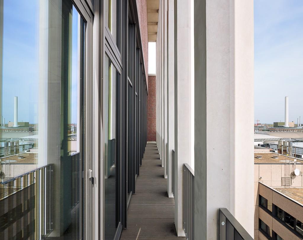 Die zehnte Etage bietet die Möglichkeit, hinauszutreten und den weiten Blick zu genießen.