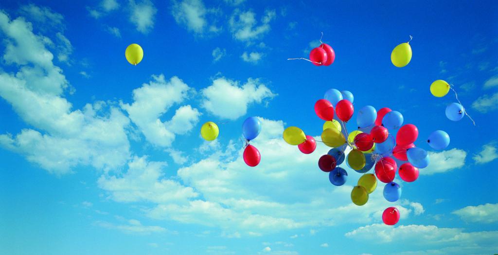 bunte Ballons Himmel Wolken