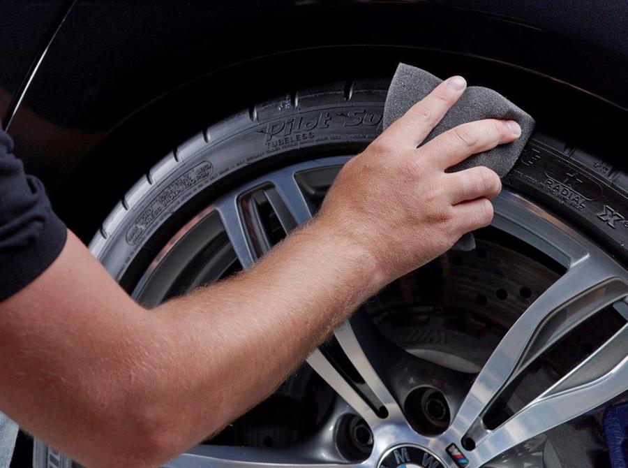 Reifenaufbereitung  (mit freundlicher Genehmigung von Koch Chemie)