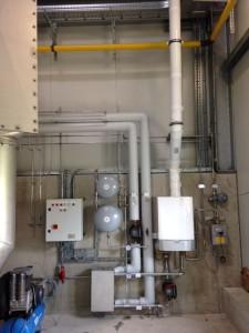 Bild 4_Innenanlage mit Warmwassererzeuger_Rohre und Schaltkasten