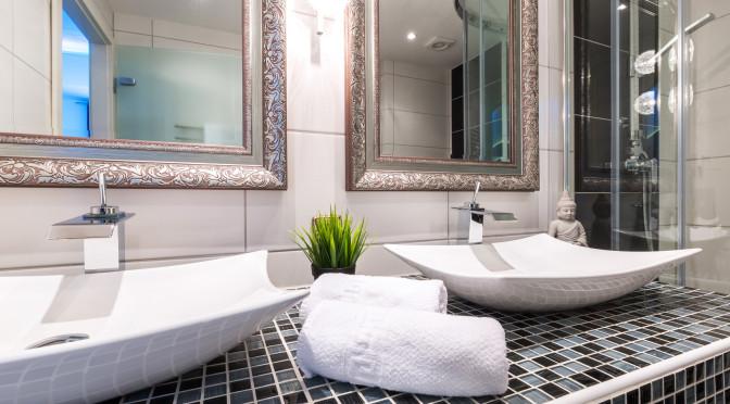 Waschtisch mit Spiegel und Handtchern Krperpflege