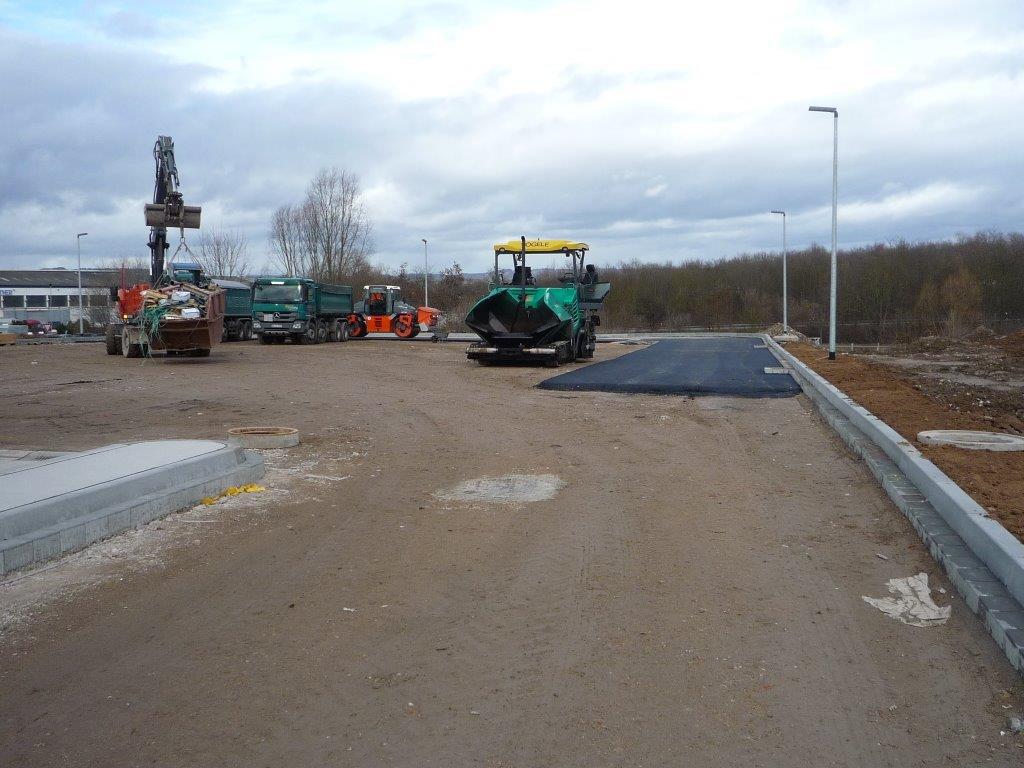 Für die LKW-Parkplätze wird ebenfalls Bitumen verwendet.